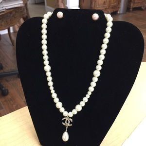 Authentic Chanel pearl necklace gorgeous!